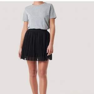 Säljer min plisserade kjol från NA-KD i nyskick. Köparen står för frakten.