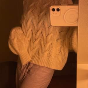 Supergullig stickad tröja från weekday som tyvärr inte kommer till användning :/ använd 1-2 gånger superfint skick 👌🏽💕 Nypris 500kr! Buda!