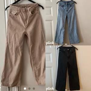 """🌸Vida jeans från Weekday i modellen """"Ace""""🌸 storlek 25/30. Ett par i färgen """"sand"""". Som enligt mig är en ljus beige/brun färg. Ett par i en blå färg och ett par svarta. Bild 3 är bild från weekdays hemsida på jeans i samma modell som de jag säljer men i en annan färg.(så man kan se hur Jensen sitter på en person) Jag är 169 cm och på mig är de ganska rejält för korta (därav säljer jag de). Det är ungefär 15-17 cm cm från där jeansen slutar på mitt ben till. De beiga/ljusbruna jeansen är bara använda ett fåtal gånger och har inget tecken på användning! Därför säljer jag de för 300 kr. De andra är använda men har inget tecken på användning. Så de två säljer jag för 250 kr styck. De är alla nytvättade. Fraktkostnaden betalar köparen.💖💖💖💖 om flera är intresserade blir det budgivning!!"""