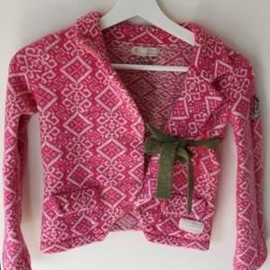 Kofta från oddmolly, sparsamt använd. Söt rosa färg och gröntknytsnöre. Passar till hösten eller till en sommarkväll❤️ stickad! Inköpspris var runt 1800kr.  Priset går att diskutera vid snabbaffär!