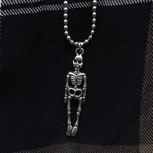 Skeleton-halsband I silverfärg ☠️🖤 Välj mellan vanlig kedja och kulkedja, på andra bilden kan du se de två alternativen. Frakt tillkommer på 12kr 🍂🧷