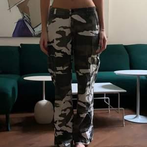 Militärfärgade cargo pants med lös passform. Innerbenslängd: 76cm. Köparen står för frakt! 💚