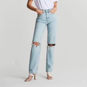 Säljer dem väldigt populära och trendiga 90s jeansen från gina tricot, slutsålda i nästan alla storlekar på hemsidan, GRATIS FRAKT💗