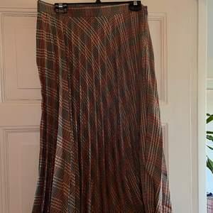 Snygg mönstrad kjol. Aldrig använd då jag beställde fel storlek, lapp kvar. Frakt tillkommer