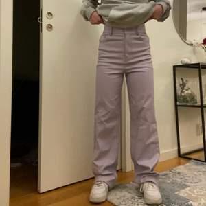 Väldigt snygga pastellila byxor i fakeläder från Zara. Säljer pga för långa på mig. Jag är 155 cm. Storlek XS (funkar även som S). Köpare står för frakt💕