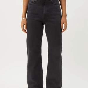 Rowe extra High straight jeans i färgen echo black från Weekday. Storlek 28/30. Säljer pågrund av aldrig använda pågrund av för små.