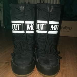 Svarta höga vintage moon boots i storlek 35/39