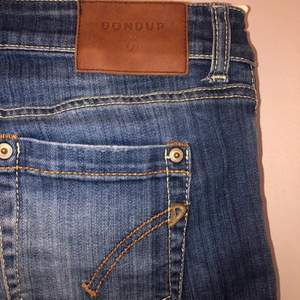 Jeans från DONDUP . Lågmidjade i storlek 32