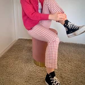 Säljer dessa populära slutsålda Zara byxor i storlek 36. De är i en kortare modell och utsvängda nertill. Helt perfekt nu till våren och sommarn!💕