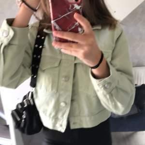 Säljer min jeansjacka från Gina. Köparen står för frakten. Skriv privat för frågor eller intresse.💕
