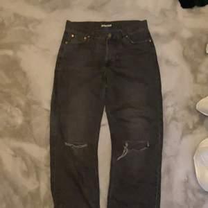 Ett par grå/svarta jeans ifrån junkyard som satt som en smäck när jag köpte dom men sen så krympte dom lite när jag tvättade dom så dom är lite små nu köpare står för frakt💕 dom sitter verkligen inte som strl 30 efter dom krympte. Skulle säga att dom passar en M/S beroende på hur baggy man vill att dom ska sitta