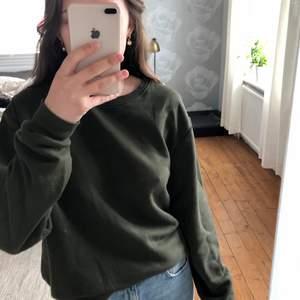 Säljer denna gröna tröja från hm, är lite nopprig men annars fin💕 köparen står för frakt💜