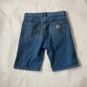 Jeans shorts från Carhartt, jättebra skick inga flaws. Säljer då de ej kommer till användning. Sitter som 32