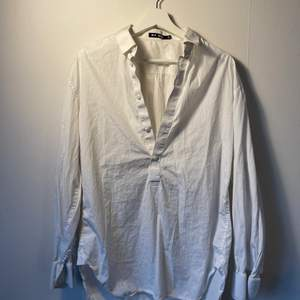 Medium white button down, great for the beach or tucked into your favorite Levi's ;)