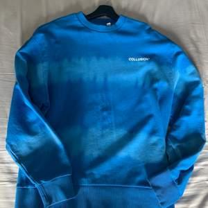 Säljer denna riktigt feta tröja ifrån Asos Collusion. Den är knappt använd och är i ett riktigt bra skick. Storlek L men sitter riktigt nice som oversize för mig som är M. Hör av er vid eventuella frågor