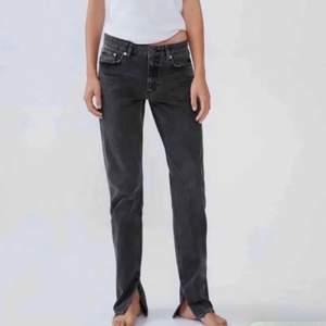 Säljer dessa zara jeans med slits! Det är väldigt bra skicka och inga slitningar! Det är i nyskick! Det är de eftertraktade från zara som inte har funnits på väldigt länge! Mid Rise! ❤️BUDA I KOMENTARERNA!