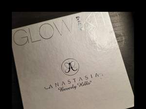 Säljer nu min Anastasia beverly hills, glow gleam kit. Säljer eftersom jag har slutat använda smink. Jätte fina färger och pigment. Köpte för ca 400 kr. Köparen står för frakten!😊 Priset gått att diskuteras