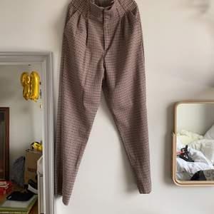 Skit fina kostymbyxor från hm, använda en gång och i väldigt fin skick.