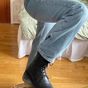 Svarta kängor!⚡️ Använda 2 gånger, så nästan helt nya!⚡️ Köptes för 600 kr, så säljer för 450 kr inklusive frakt!⚡️