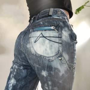 Batik jeans med snygga detaljer! Skriv till mig privat om du har frågor! (Köparen står för frakten) 🦋