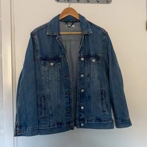 Oversized jeansjacka från Gina tricot.