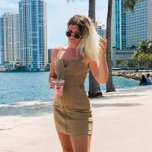 Såå snygg beige stretchig klänning med dragkedja hela vägen. justerbara axelband.