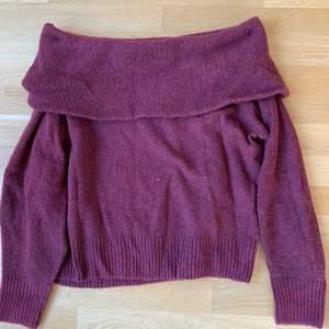 Off shoulder tröja från H&M. Den är stickad i en fin röd färg. Storlek s.