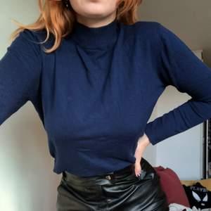 Superskön mörkblå tröja. Lite tjockare tyg. Hög i halsen💕🥰 använd få gånger