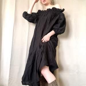 🍒🧙♀️🧙🧙♀️🍒 Förtrollande cute klänning med Witchy Realness vibes. Svart lätt genomskinlig klänning med volanger. Svinfin att styla med ett bälte i midjan. Snygg med byxor. Thriftad men från HM strl:M.  Knip den innan den försvinner. Frakt tillkommer. Puss o k 🍒