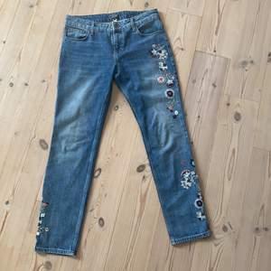 Super snygga jeans i väldigt bra skick. Köpt från Sellpy men tyvärr så passade de inte.. Jag skulle säga att det är för en mindre 38. Skickar gärna fler bilder privat och priset kan diskuteras💖