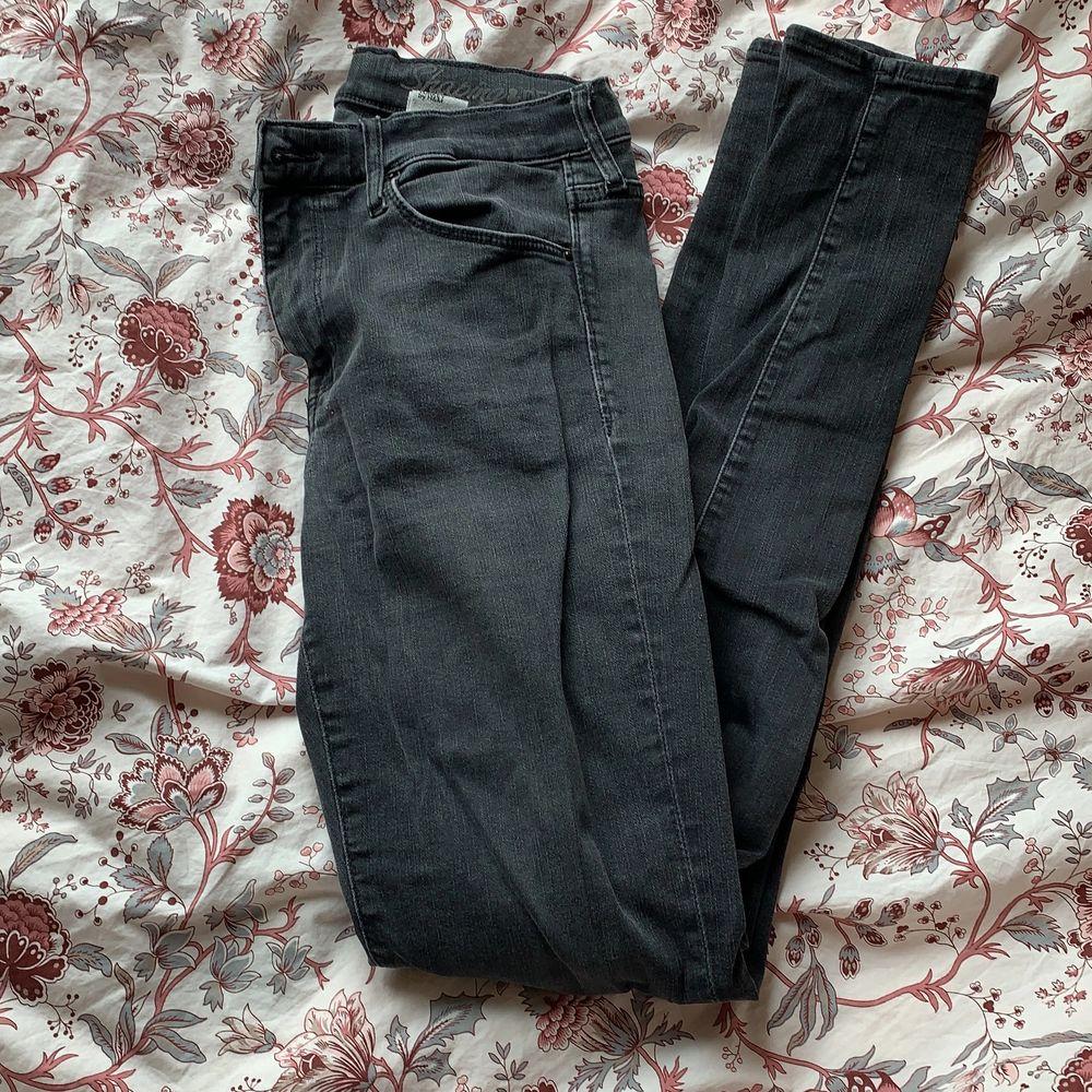 Svart/gråa jeans i stretchmaterial. Väldigt sköna.. Jeans & Byxor.