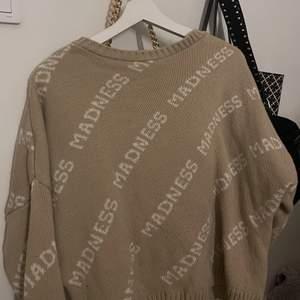 Säljer denna super fina beige stickade tröjan från Madlady i storlek S, använd ett par fåtal gånger. Priset + frakten. Hör av dig vid intresse!💞