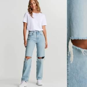 Säljer nu mina älskade 90's high waist jeans från gina tricot då dom blivit för små, jeansen är i storlek 34 (XS), i bra skick, knappt använda så mycket, säljer för 300kr eller bud om många är intresserade✨