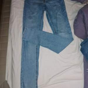 Ljusblåa jeans ifrån Gina Tricot i storlek M, de är lågmidjade byxor
