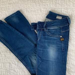 Säljer mamsens g-star byxor i lowrise använda Max 5 gånger. (Alltså i nyskick). Nypris 11000