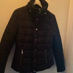 I väldigt fin skick, använd endast ett fåtal gånger. Säljer denna fina jacka för att den endast hänger i garderoben. Den är i storlek S och den är mörkblå.