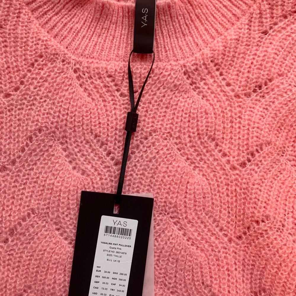 Rosa stickad tröja från märket Y.A.S. Helt oanvänd. Storlek L men bär själv ofta xs och s och den blir som en mysig lite smått oversize tröja. Den har även lite bredare ärmar. Stickat.