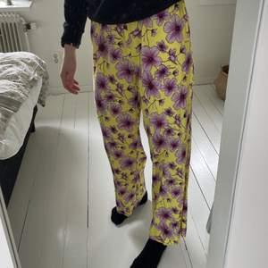 Blommiga byxor från JDY. Super skönt material då de är rätt tunna. Lite kortare på mig som är ca 174cm. Superfina till sommaren men aldrig använda tyvärr. Frakten är ej intränat i priset.🌸💛💕