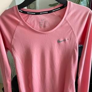 En fin rosa långärmad träningströja i storleken XS den har inga skador och säljer pågrund av att den är för liten. Säljer den för 100kr +frakt