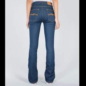 Snygga flare jeans från Nudie Jeans, de är skinny jeans med en flare i slutet. Modell är gammal men heter Boot Ben om man vill hitta fler bilder :) Jeansen är i storlek W29 L34. Är själv 170 cm för referens
