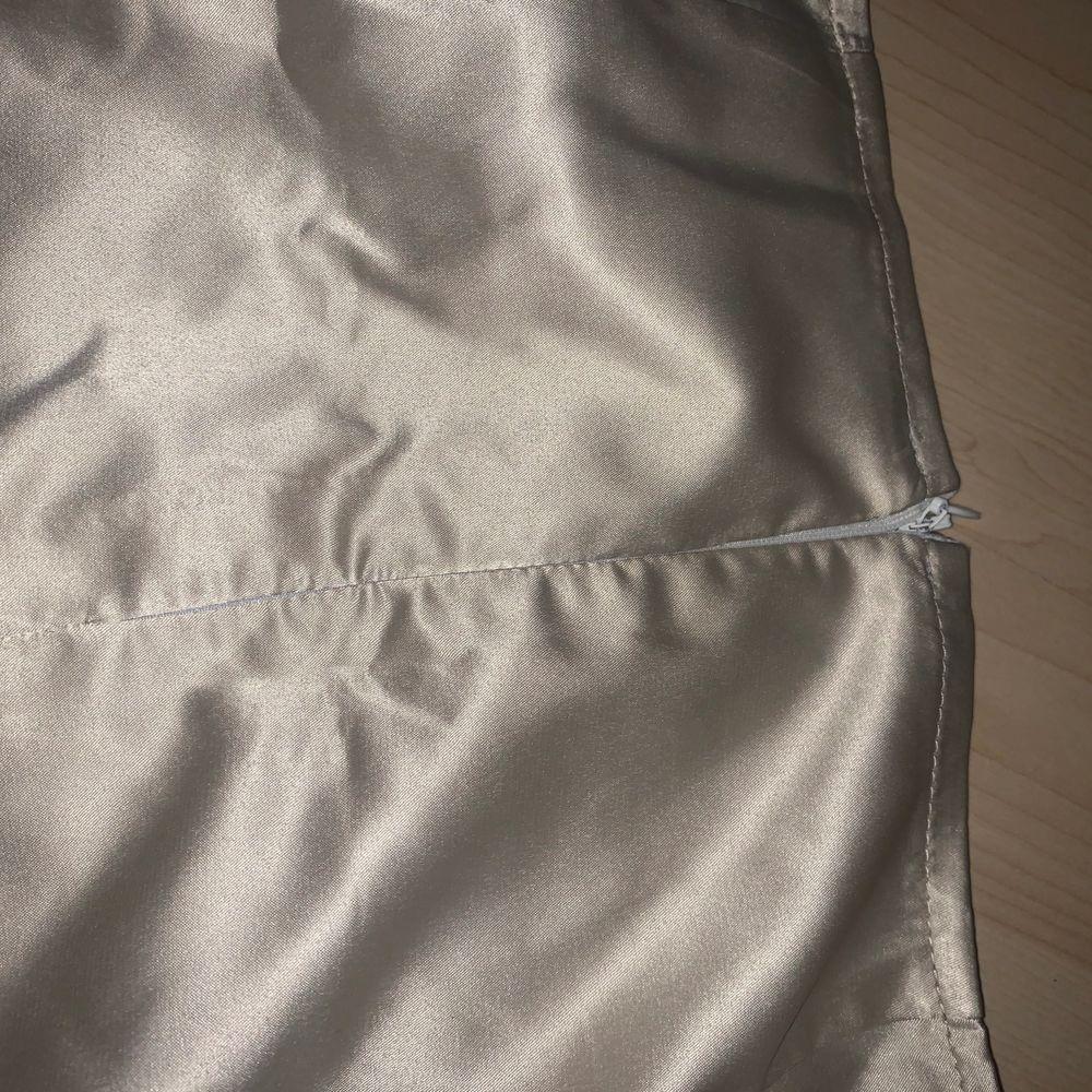 jag säljer en silkes kjol som inte har används. Den är i färgen guld och har en dragkedja där bak. Den passar S men skulle också säga M. Kjolar.