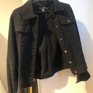 Svart jeans jacka från boohoo, köpt för 2 år sedan. Storlek 36 men figurnära. Står att jackan är blå på lappen men färgen visas bra på bilderna, är svart. Säljer pågrund av för liten, använd, men är i fint skick