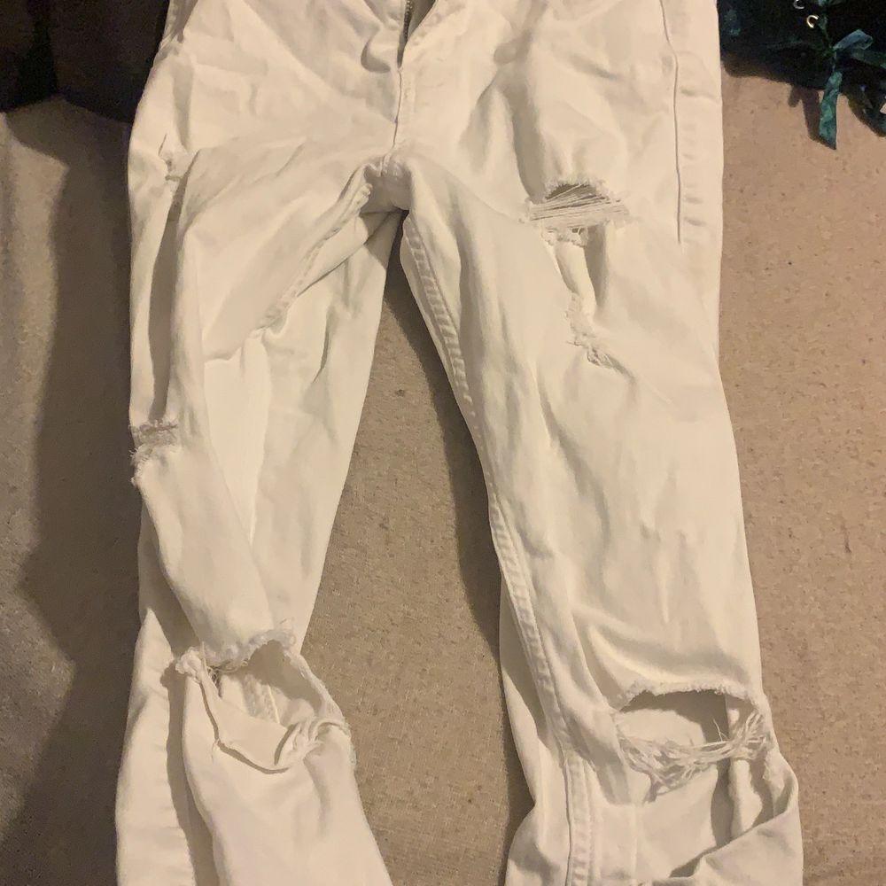 Säljer ett par så fina hollister jeans❤️ Dom är ny köpta fick de i present men har ej användning så i ny skick ❤️ passar XS och  S . Jeans & Byxor.