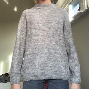 Säljer denna jättefina gråa stickade tröjan från H&M, barnavdelning i storlek 134/140, 8-10, den är stor i storleken så skulle säga att den är en xs s vilket jag har och passar mig jätte bra! Den kostar 70kr +45kr frakt