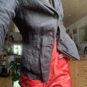 Det är brun skjorta, man ser inte så bra på bilden. Den är i linnematerial så passar perfekt till sommaren!
