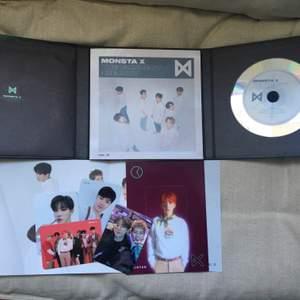 """Säljer Monsta x """"The connenct: dejavu"""" ver III. Allt ingår, photocards, mini poster, photoook och CD. Mycket bra skick då den bara stått i en hylla."""