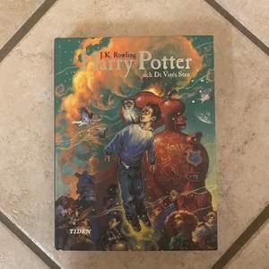 Säljer min gamla Harry Potter bok! Första boken i bokserien. Den är på svenska och i bra skick. Du står för frakten!💕