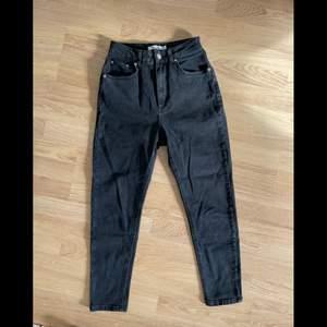 Stentvättade högmidjade jeans från nakd. De är i en rak modell. Storlek 34.