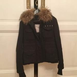 Säljer denna svarta MIlitary Jacket från Zadig & Voltaire. Avtagbar krage med äkta päls.  Storlek S, passar både storlek 36 samt 38. Fina detaljer, som roade kanter, silvriga stjärnor, Z&V logga.  Fint begagnad skick.                                                                      Börjar priset på 1500 sedan är det bara att buda💕