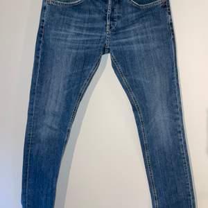 Jeans från Dondup i modell George, storlek 33 och skinnyfit. Använda ett fåtal gånger, jeansen är därav i nyskick och säljes då de är urvuxna. Fler bilder finns vid intresse. Nypris: 2499:-